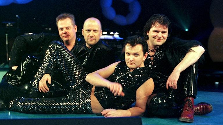 Black Ingvars fyra bandmedlemmar poserar på en scen.