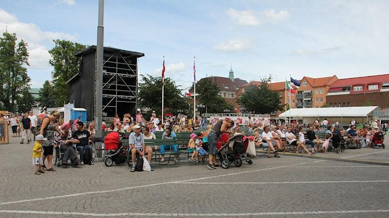Publik som lyssnar på soundcheck. Foto: Jennie Konrad/Seriges Radio.