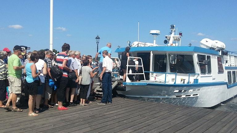 Mycket folk går på en skärgårdsbåt. Foto: Molly Berggren/Sveriges Radio