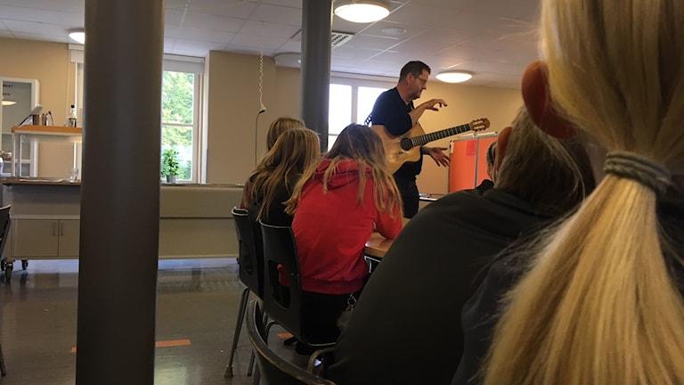 """Barn gör konsert för Världens barn med Pär """"Perla"""" Bjurenstedt"""