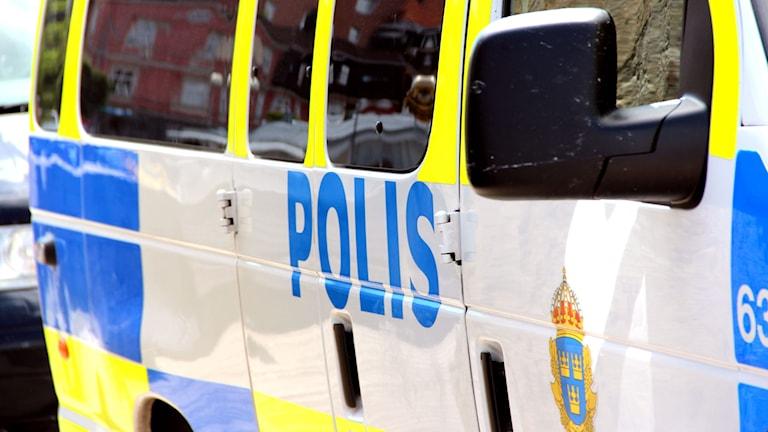En polisbil sedd från sidan.