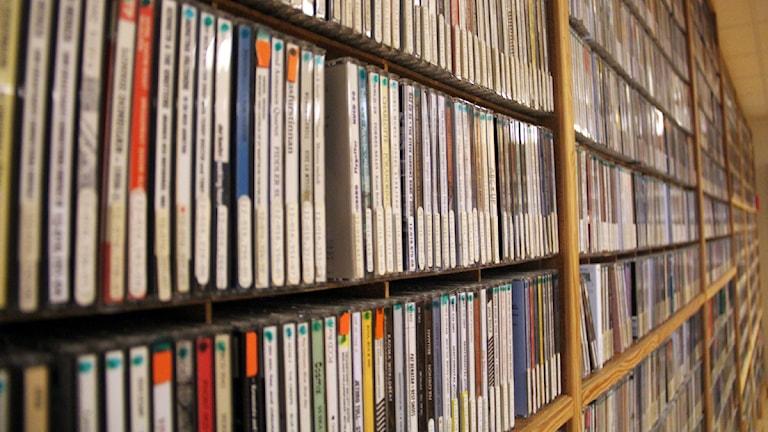 En närbild på en bokhylla full med cd-skivor. Foto: Stina Linde/Sveriges Radio.