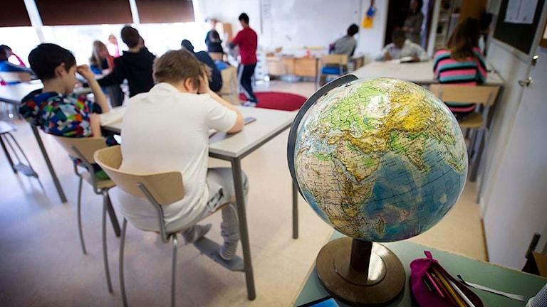 Elever i fjärde klass har tyst lässtund i bänkarna under en lektion i ämnet svenska Foto: