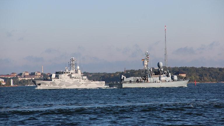 Två grå stridsfartyg.