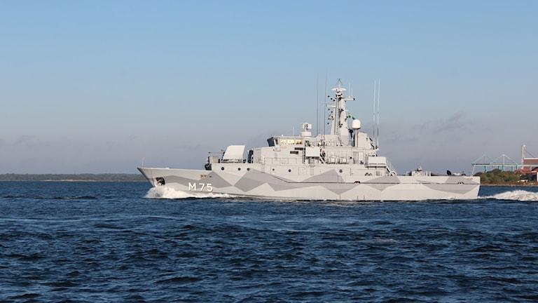 Ett grått minjaktsfartyg. Foto: Stina Linde/Sveriges Radio.