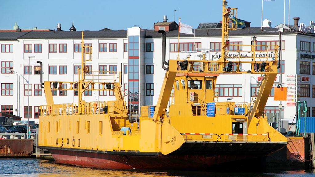 Den gula aspöfärjan ligger i hamnen.  Foto: Stina Linde/Sveriges Radio.