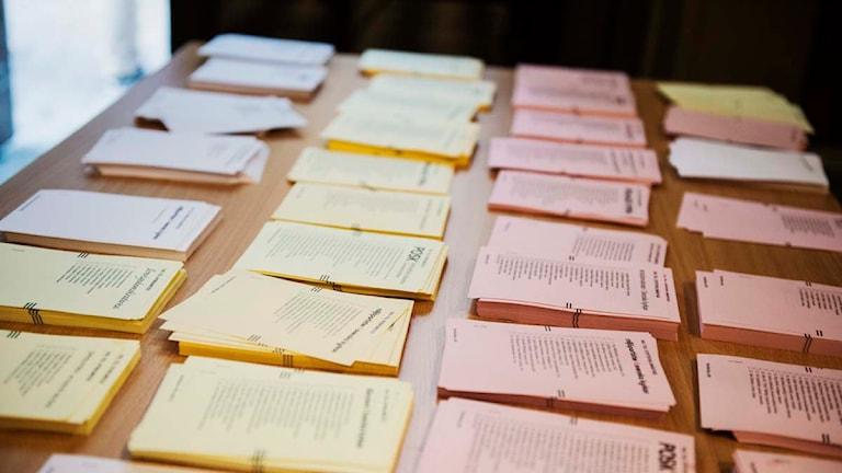 Valsedlar ligger på ett bord. Foto: