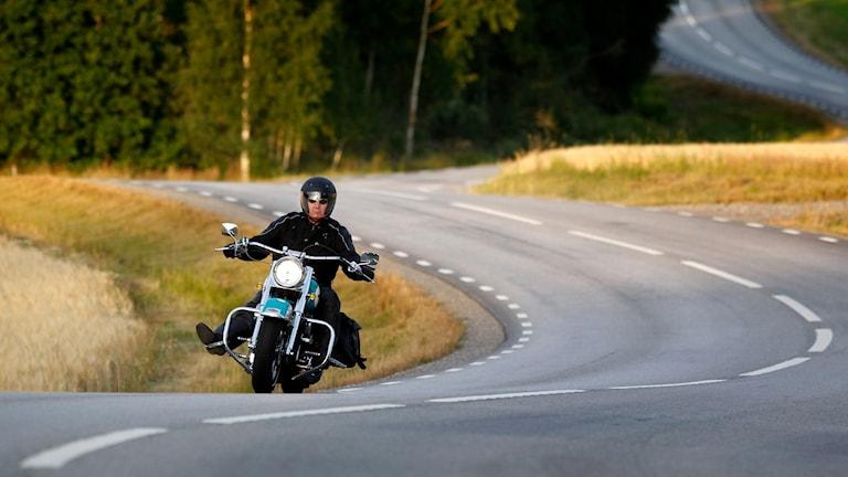 Motorcykel kör på väg.