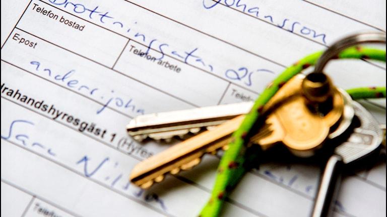 nycklar på ett lägenhetskontrakt
