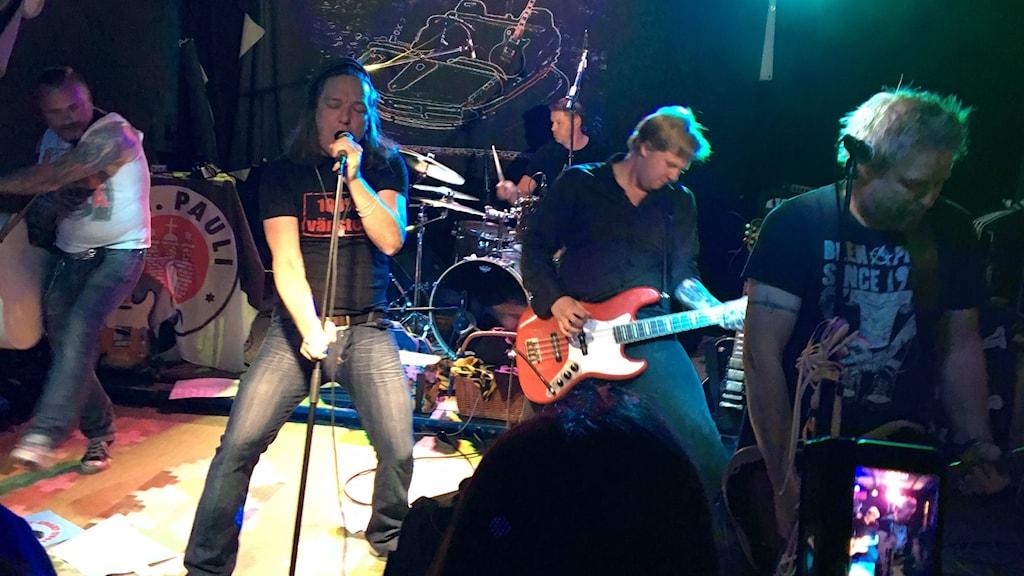 Bandet Sött Svart Tivoli på scen.