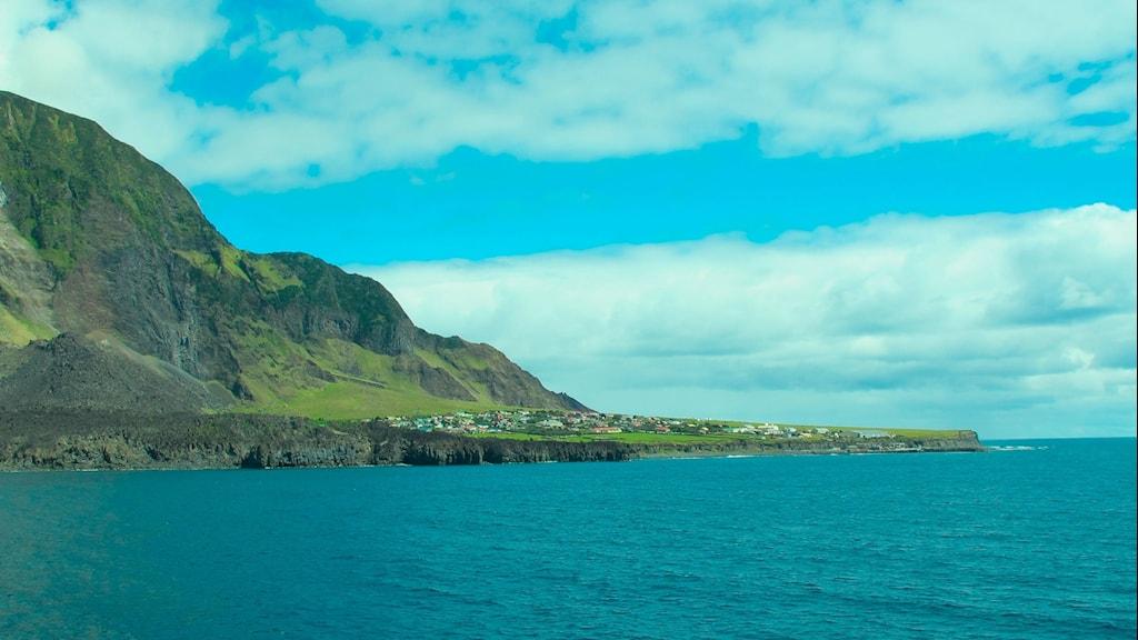 Vulkanön Tristan da Cunha växer ur ett blått Atlanten.