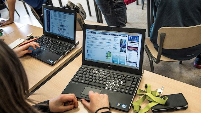 Elever sitter vid sina datorer.