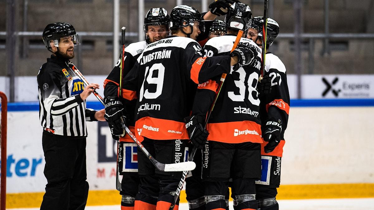 Karlskrona jubel under ishockeymatchen i ATG hockeyettan södra mellan Karlskrona HK och Vimmerby HC den 11 oktober 2020 i Karlskrona. Foto: Magnus Lejhall