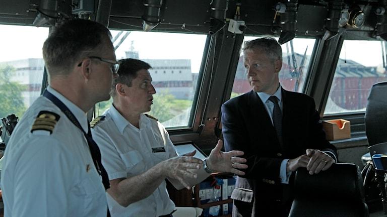 Den brittiska ambassadören David Carins, flottiljchefen Bengt Lundgren och fartygschefen Bernt Andersson.