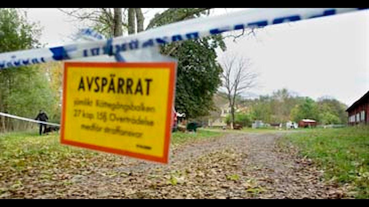 Polisens avspärrningsskylt vid gården där 15-åringen sköts ihjäl. Foto: Drago Prvulovic/Scanpix
