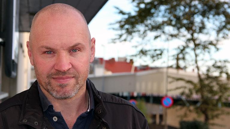 Ett porträtt av janne karlsson, KHK:s tränare. Foto: Stina Linde/Sveriges Radio.