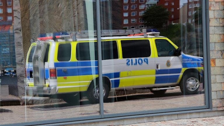 Spegelbilden av en stor polisbil