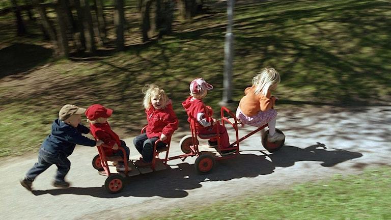 Barn på förskola leker utomhus. Foto: Erik G Svensson/TT.