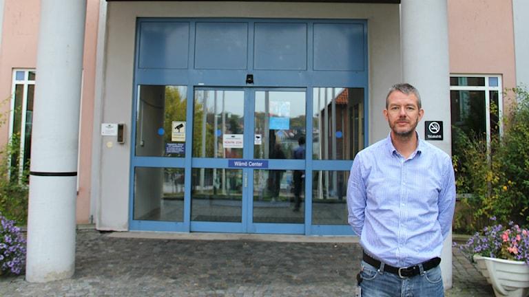 Landstingets personaldirektör Jonas Kullberg står utanför entrén till Wämö center.