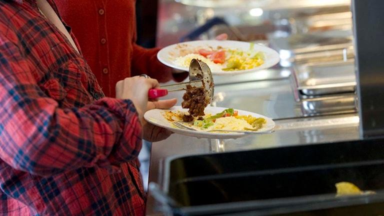 En elev tar mat i en skolbespisning. Foto: Fredrik Sandberg/TT.