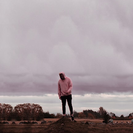 Albin hultman står på en sten på ett flackt landskap.