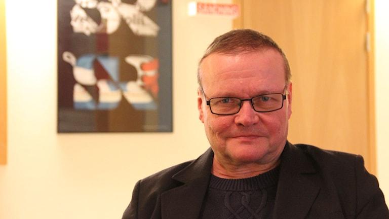 Ilpo Okkola berättar hur det påverkade honom att förlora ett barn i självmord. Foto: Daniel Kjellander/Sveriges Radio.