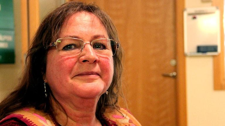 En porträttbild av författaren Kim Kimselius. Foto: Stina Linde/Sveriges Radio.