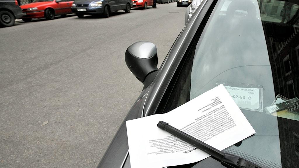 En böteslapp på en bilruta. Foto:Tomas Oneborg/SvD/TT