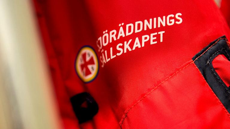 En närbild på svenska sjöräddningssällskapets röda logga.