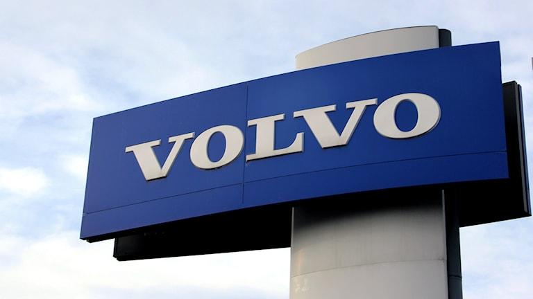 En stor blå Volvo-skylt mot en blå himmel. Foto: Stina Linde/Sveriges Radio