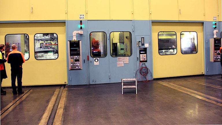 Pressar på Volvofabriken där dörrar tillverkas. Foto: Stina Linde/Sveriges Radio