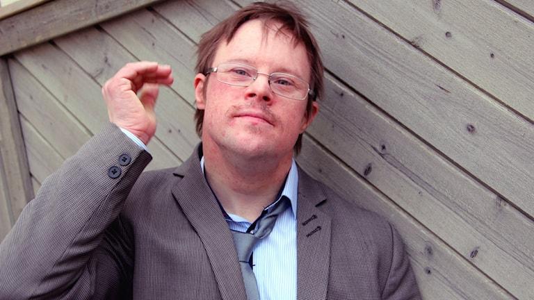 Bloggaren Henrik Daleke står och lutar sig mot ett träplank. Foto: Stina Linde/Sveriges Radio