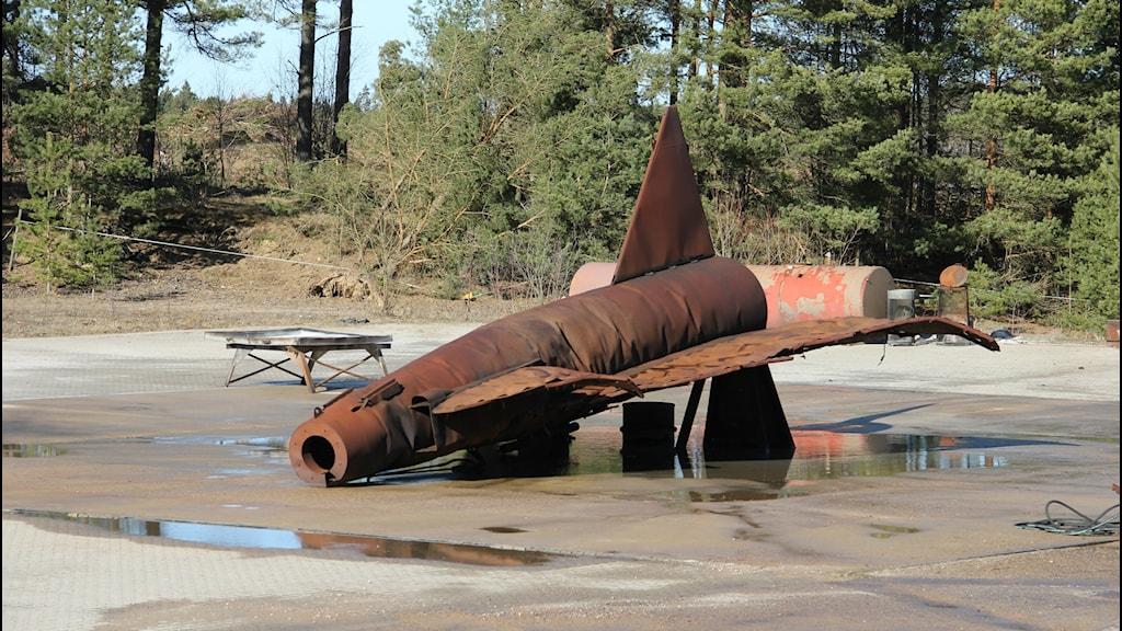 En roströd kopia av ett stridsflygplan efter en av försvarets brandövningar. Foto: Mikael Eriksson/Sveriges Radio