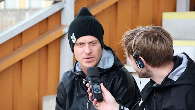 Marcus Ekenberg intervjuas av Daniel Kjellander. Foto: Mikael Eriksson/Sveriges Radio