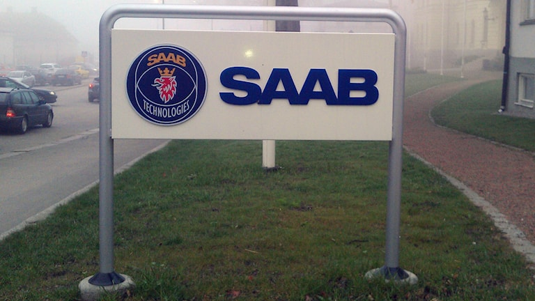 En skylt med Saab-loggan i blå bokstäver. Foto: Stina Linde/Sveriges Radio