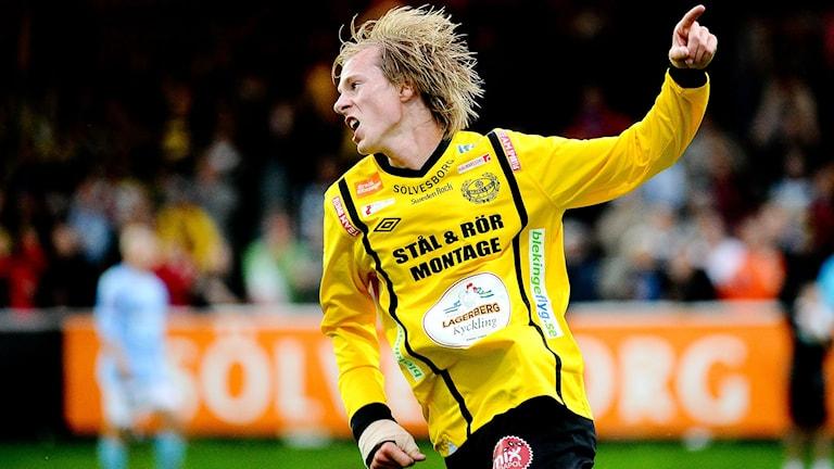 Anton Dahlström från Maif springer jublande över fotbollsplanen. Foto: Patric Söderström/TT