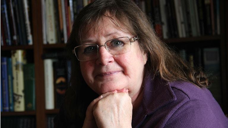 Närbild på en kvinna i lila tröja. Hon bär glasögon och har brunt hår. Foto: Rebecka Gyllin/Sveriges Radio