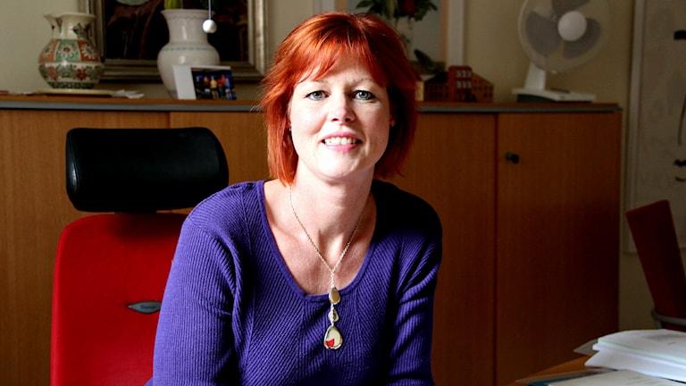 Helene Björklund, kommunalråd i Sölvesborg sitter bakom sitt skrivbord på sitt arbetsrum i Sölvesborgs stadshus. Foto: Malin Taipale/Sveriges Radio