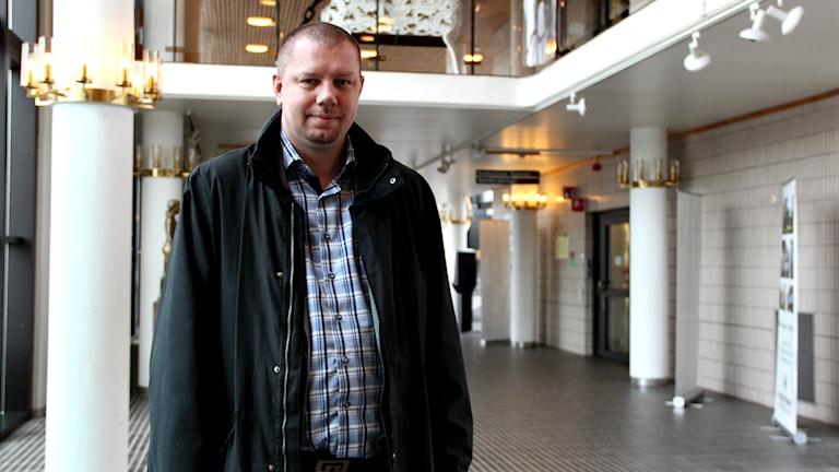 Roger Fredriksson står mitt i Ronneby stadshus atrium.