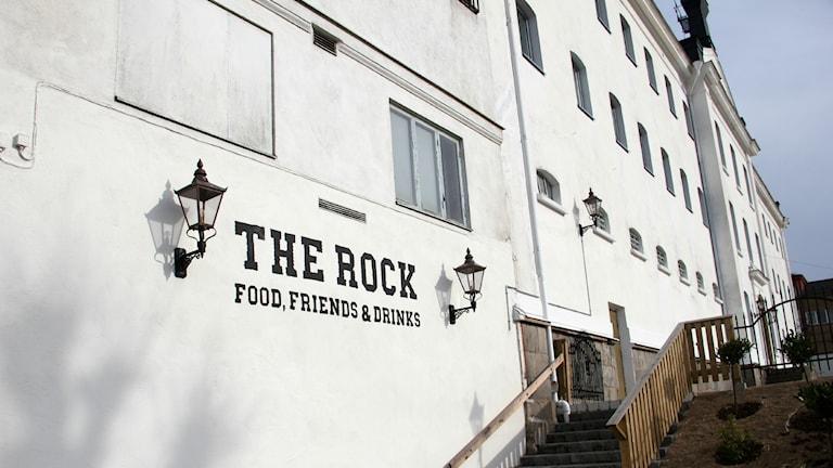 Restaurang The Rock i Karlskrona. Det står The Rock på den vitputsade väggen. Foto: Malin Taipale/Sveriges Radio
