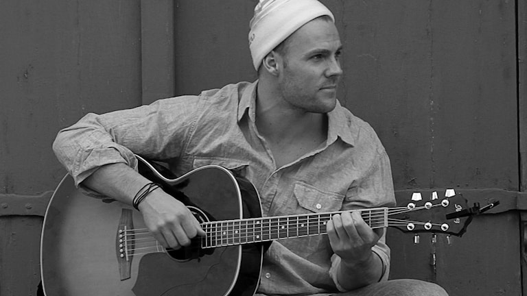 Daniel Poopuu, finalist i svensktoppen nästa sitter och spelar gitarr. Foto: Privat