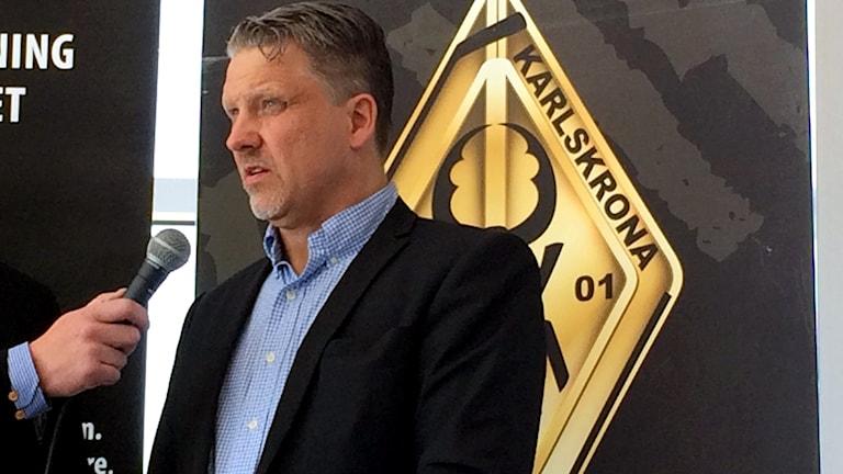 Per Hånberg svarar på en fråga i en mikrofon. Foto: Martin Arvebro/Sveriges Radio