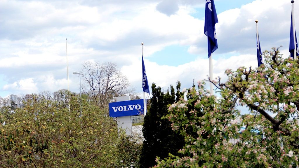 En blå skylt där det står Volvo. Foto: Stina Linde/Sveriges Radio