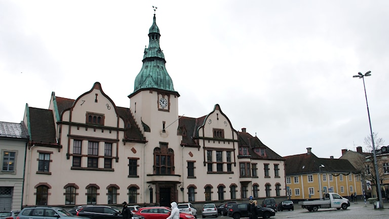 Rådhusfasaden vid torget i Karlshamn.