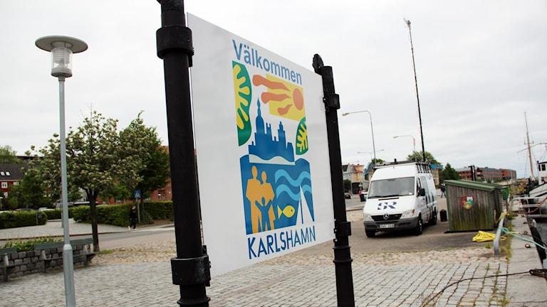 """En skylt där det står """"Välkommen till Karlshamn"""". Foto: Stina Linde/Sveriges Radio"""