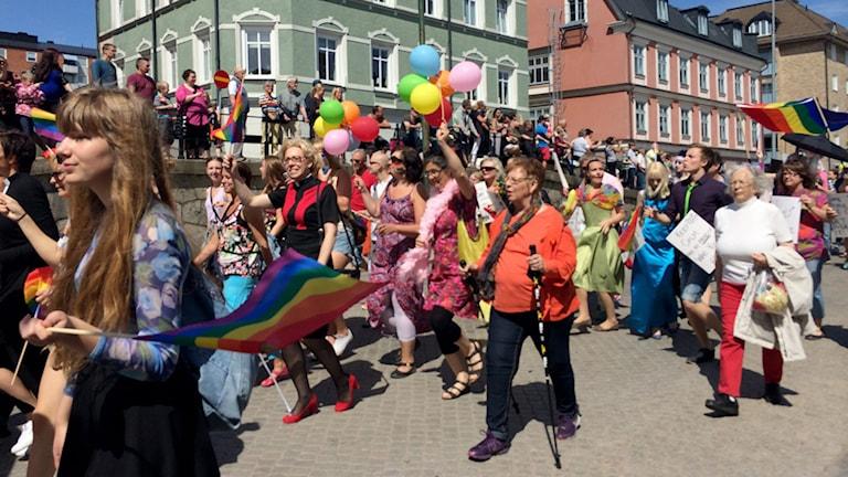 Många deltagare i Prideparaden går förbi. Foto: Andrea Jilder/Sveriges Radio