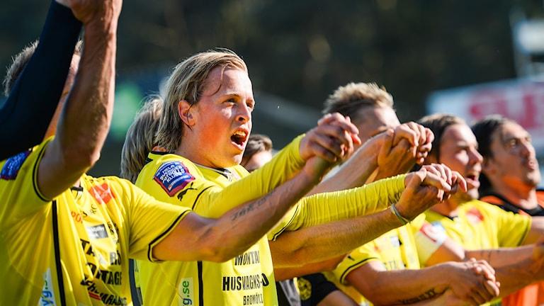 Robin Strömberg jublar tillsammans med lagkamraterna efter vinsten. Foto: Patric Söderström/TT