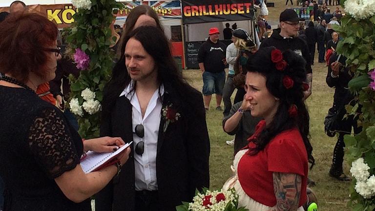 Carolina Jackie Törnroos med blommor i handen och Jörgen Sturesson bredvid