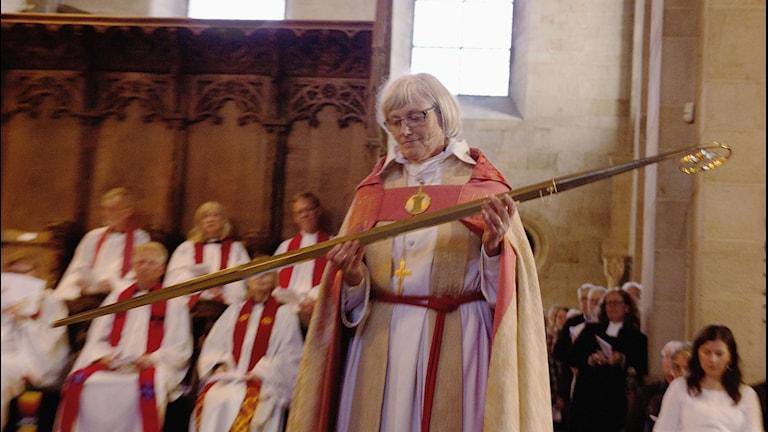 Antje Jackélen vid cermonin när hon lämnar jobbet som biskop. Foto: Martin Lindeborg