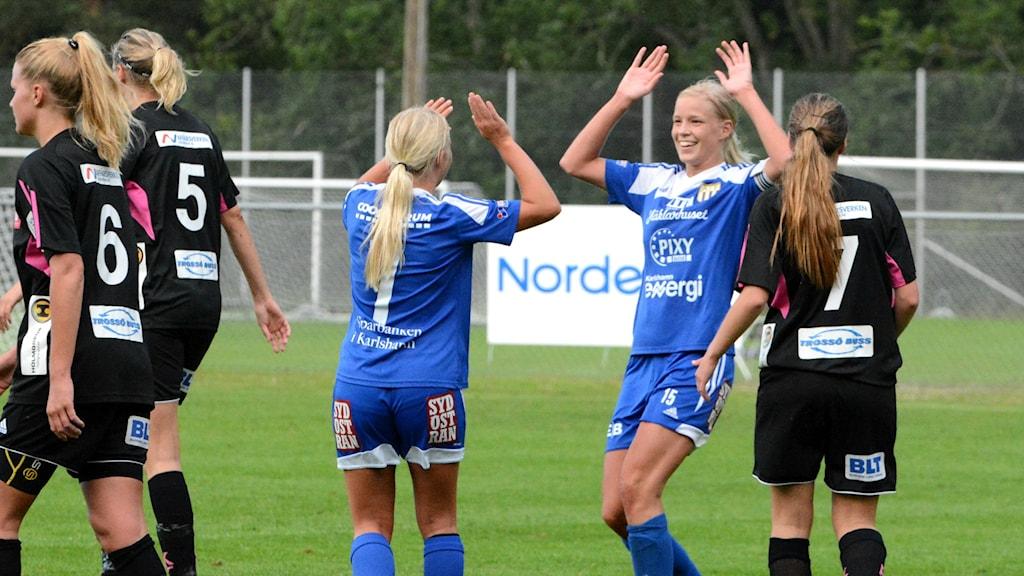 Glädje i Asarum efter segern mot Karlskrona FF med 6-0. Foto: Oscar Anderberg